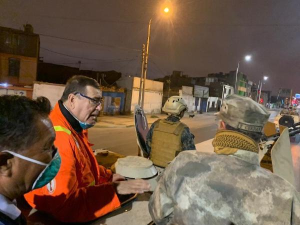 GOBERNADOR REGIONAL DEL CALLAO Y COMANDANTE GENERAL DE LA MARINA INSPECCIONAN CUMPLIMIENTO DE INMOVILIZACIÓN SOCIAL OBLIGATORIA EN CALLES CHALACAS.